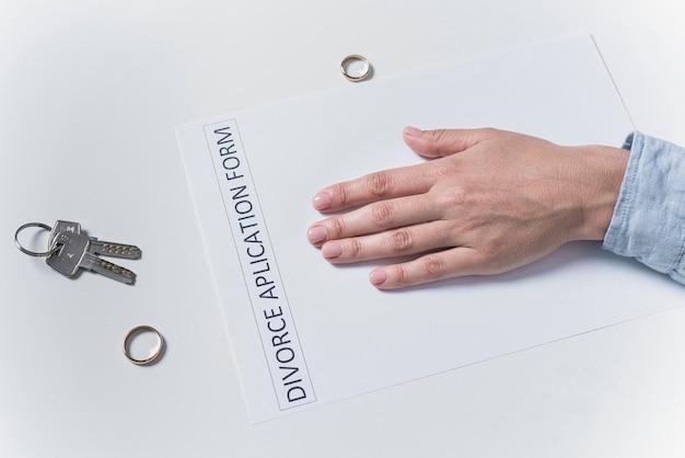 Vista superior del hombre entregando el formulario de solicitud de divorcio