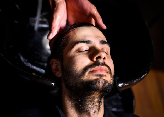 Vista superior del hombre lavando su cabello