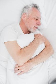 Vista superior hombre mayor durmiendo