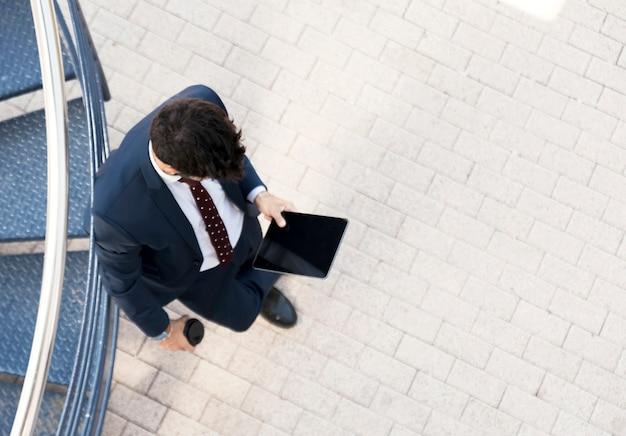 Vista superior del hombre en traje con tableta
