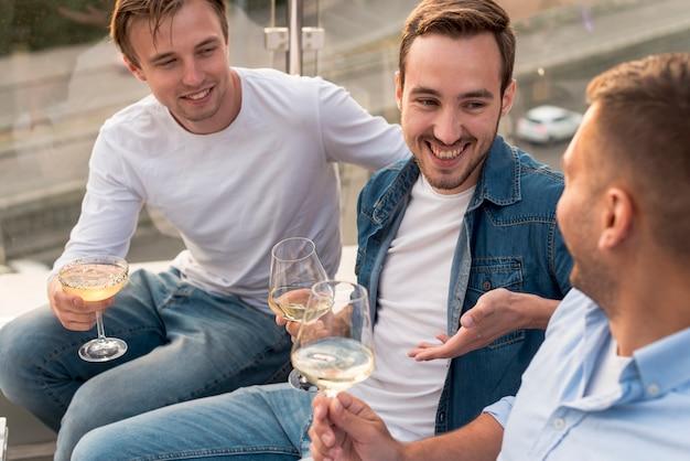 Vista superior de hombres bebiendo vino.