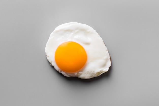Vista superior de huevo frito