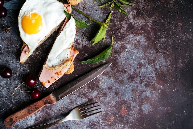 Vista superior de huevo y jamón tostado con copia espacio