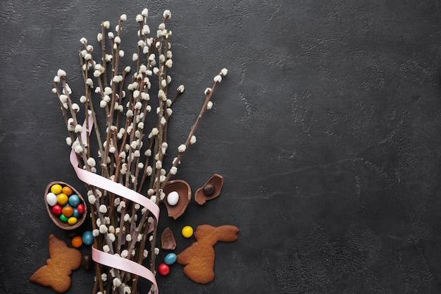 Vista superior del huevo de pascua de chocolate con dulces coloridos y copia espacio