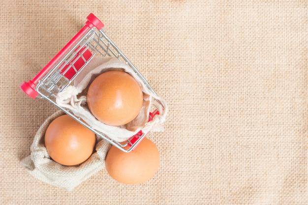 Vista superior huevos en carro rojo.