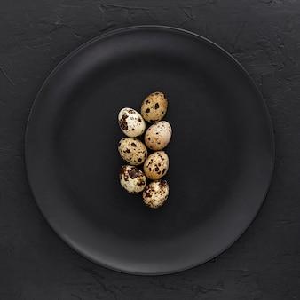 Vista superior de huevos de codorniz orgánicos en un plato