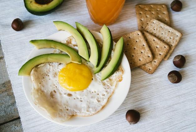 Vista superior de huevos y galletas de desayuno.