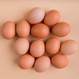 Vista superior de huevos marrones