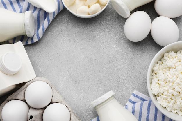 Vista superior huevos orgánicos con leche fresca