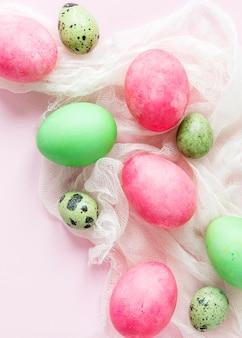 Vista superior de huevos de pascua estacionales