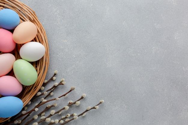 Vista superior de huevos de pascua multicolores con espacio de copia