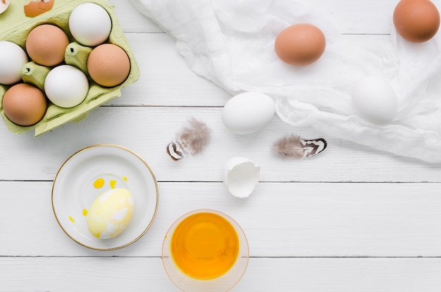 Vista superior de huevos de pascua con tinte y plumas