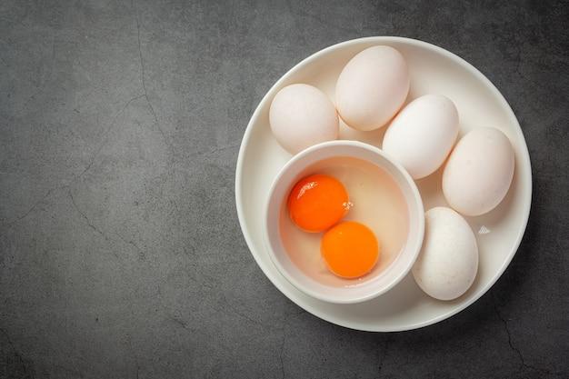Vista superior de huevos de pato en superficie oscura