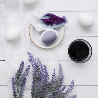 Vista superior de huevos teñidos para pascua con planta de lavanda