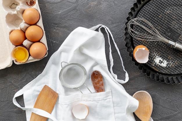 Vista superior de huevos y utensilios de cocina.