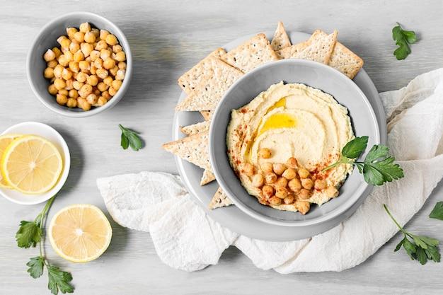 Vista superior de hummus con garbanzos y limón