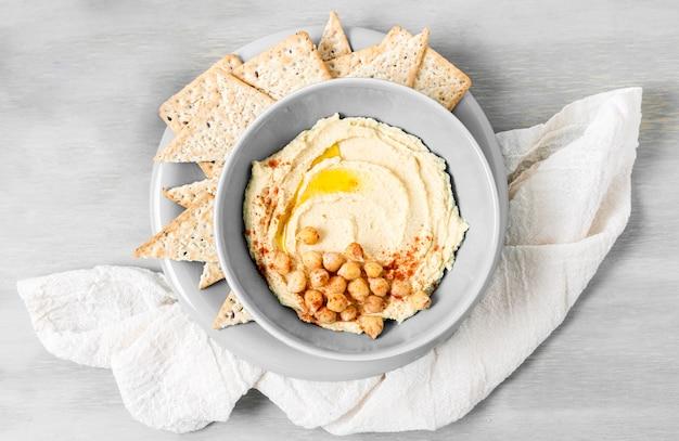 Vista superior de hummus con garbanzos y nacho chips
