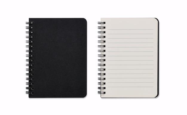 Vista superior de la imagen cerrada y abierta del cuaderno espiral en blanco o el bloc de notas negro aislado y fondo blanco con trazado de recorte