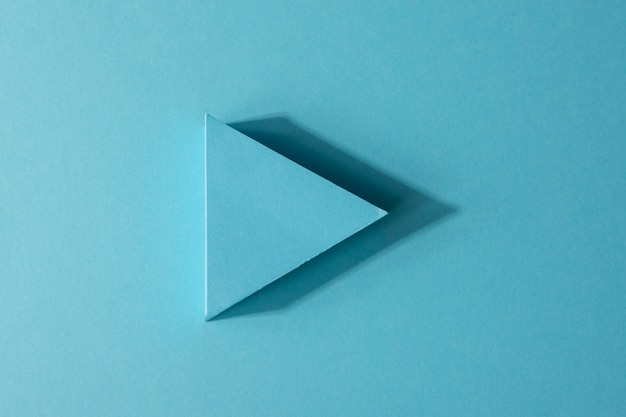 Vista superior del indicador de flecha azul