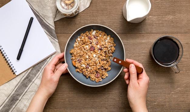 Vista superior individual que sirve desayuno