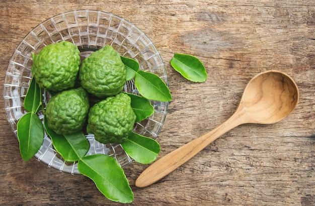 Vista superior del ingrediente herbal de kaffir para usar en un estilo de vida saludable
