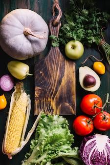 Vista superior de ingredientes alimenticios con tabla de cortar