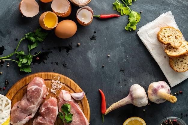 Vista superior de los ingredientes para cocinar la tradicional comida de sudáfrica bobotie en tablas de madera para cortar