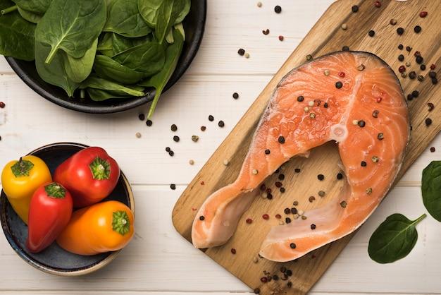 Vista superior de ingredientes con filete de salmón