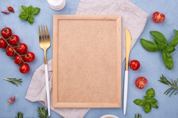 Vista superior de ingredientes y marco al lado