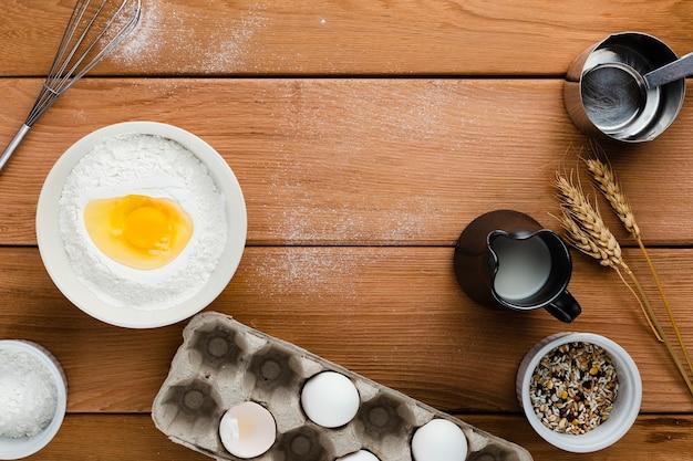Vista superior de ingredientes en la mesa de madera