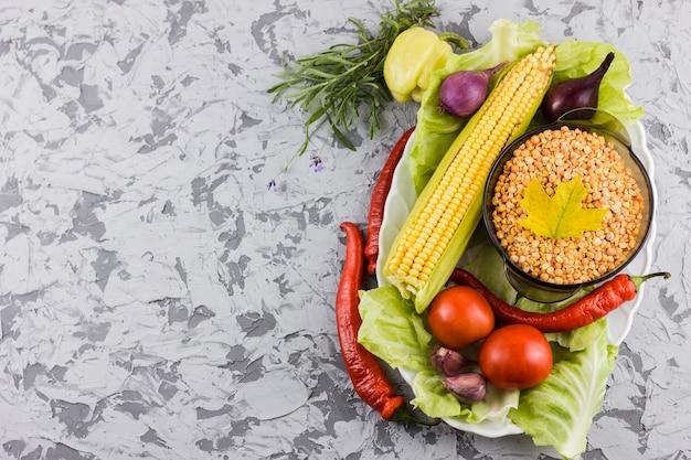 Vista superior de ingredientes vegetales con espacio de copia