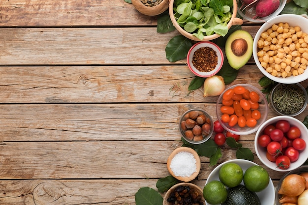 Vista superior de ingredientes y verduras copia espacio