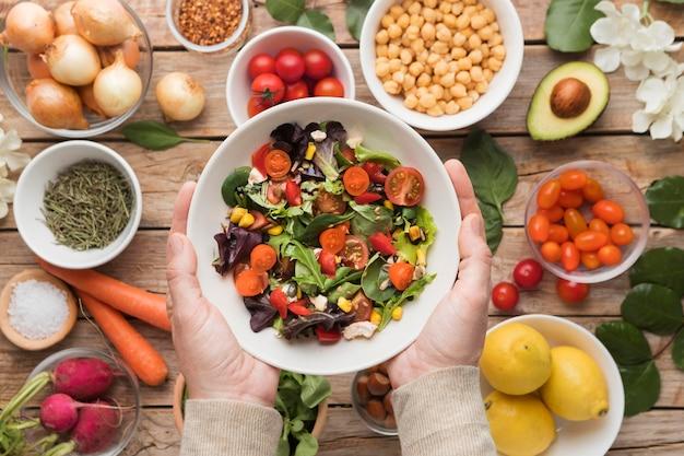 Vista superior de ingredientes y verduras en una ensalada
