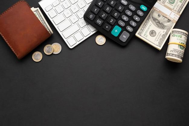Vista superior de instrumentos financieros sobre fondo oscuro