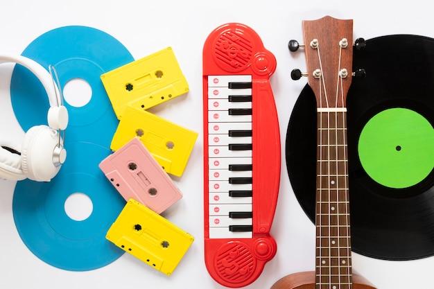 Vista superior de instrumentos musicales con fondo blanco.
