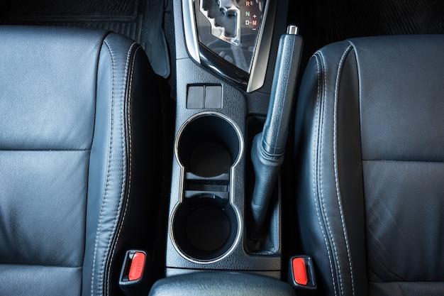 Vista superior interior del coche moderno. interior de coche nuevo de cuero negro.