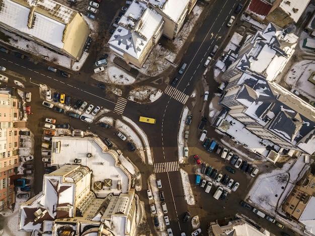 Vista superior de invierno blanco y negro aérea de ciudad moderna con edificios altos