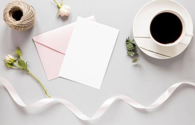 Vista superior invitación de boda con café al lado
