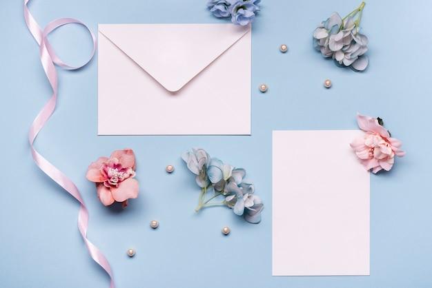 Vista superior invitación de boda con flores