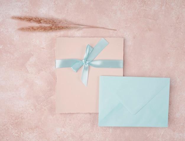 Vista superior invitación de boda con sobre azul