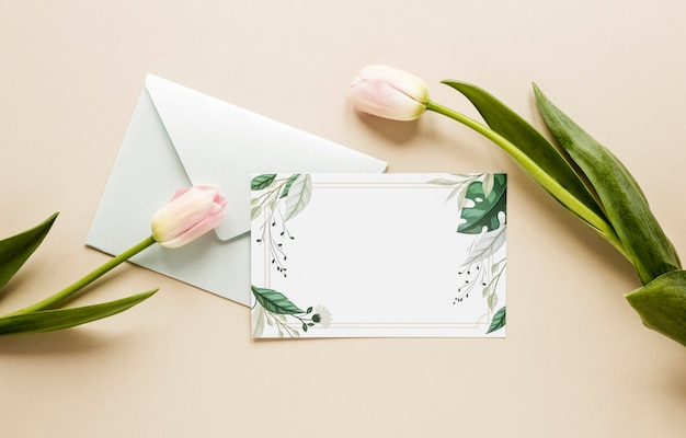 Vista superior invitación de boda con tulipanes al lado