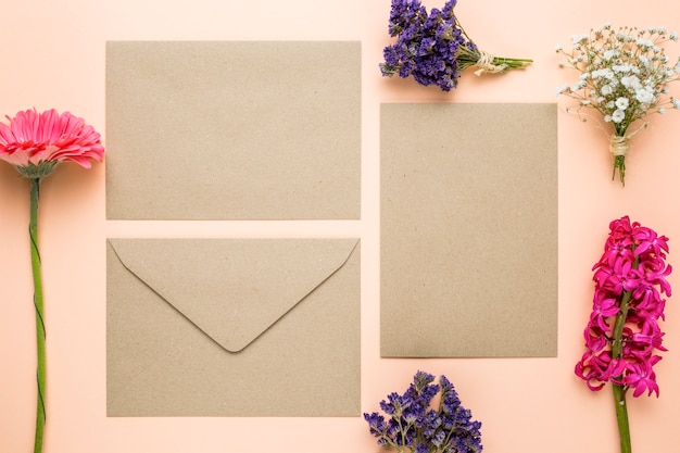 Vista superior de invitaciones de boda con flores.