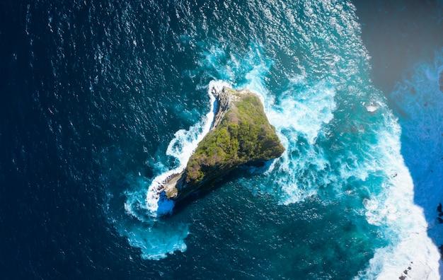 Vista superior de la isla de nusa banah en nusa penida, bali - indonesia. isla pequeña en forma de triángulo