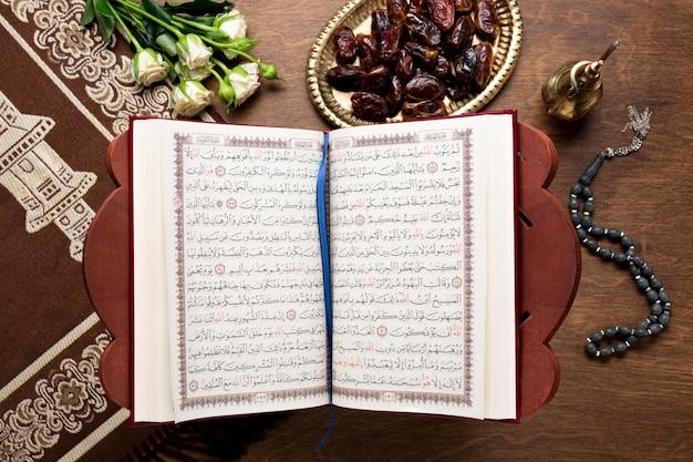 Vista superior islámico año nuevo abierto corán