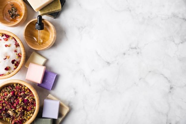 Vista superior de jabones y cuencos con ingredientes de productos