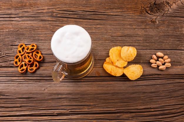 Vista superior jarra de cerveza con aperitivos