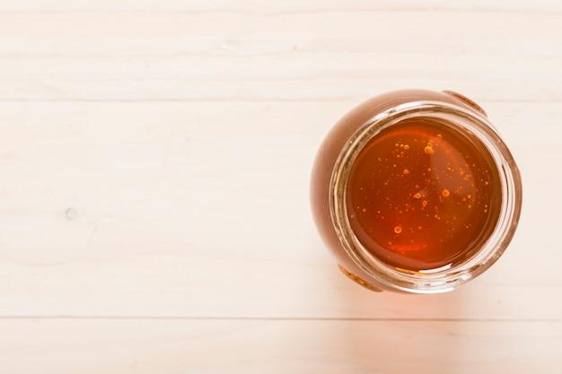 Vista superior jarra de cristal llena de miel