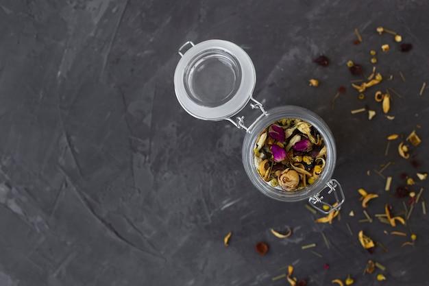 Vista superior jarra llena de especias aromáticas