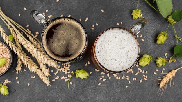 Vista superior de jarras de cerveza y semillas de trigo.