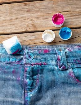 Vista superior de jeans de colores con pintura